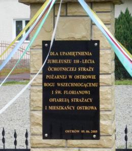 Kapliczka z figurą św. Floriana obok budynku Ochotniczej Straży Pożarnej. Ostrów, gmina Radymno, powiat jarosławski.