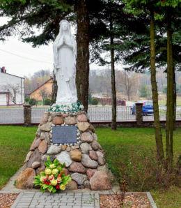 Przydrożna kapliczka z 1982 r. z frigurą św. Maryi. Jata, gmina Jeżowe, powiat niżański.