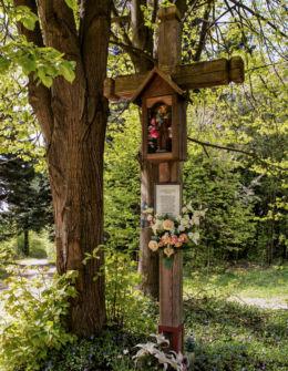 Krzyż przydrożny drewniany z kapliczką. Błażowa Dolna, gmina Błażowa, powiat rzeszowski.