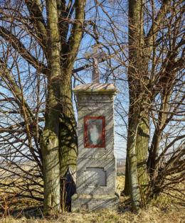 """Przydrożna kapliczka przy drodze """"Na Piekielską"""". Futoma, gmina Błażowa, powiat rzeszowski."""