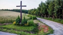 Przydrożny krzyż drewniany stojący na rozstaju dróg. Kąkolówka, gmina Błażowa, powiat rzeszowski.