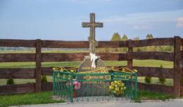 Przydrożny krzyż kamienny. Parcewo, gmina Bielsk Podlaski, powiat bielski.