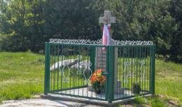 Kamienny krzyż przydrożny. Pawlinowo, gmina Orla, powiat bielski.