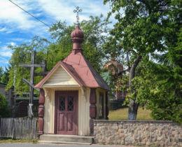 Przydrożna kapliczka domkowa drewniana. Białowieża, Hajnówka County.