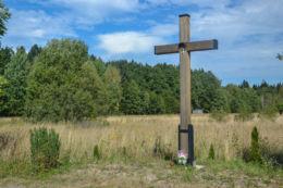 Przydrożny krzyż drewniany. Budy, gmina Białowieża, Hajnówka County.