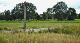 Przydrożny krzyż drewniany. Chytra, gmina Hajnówka, Hajnówka County.