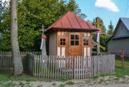 Przydrożna kapliczka domkowa drewniana. Czyżyki, gmina Hajnówka, Hajnówka County.
