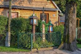 Przydrożna drewniane kapliczki skrzynkowe na słupku. Hajnówka, Górne, Hajnówka County.