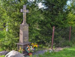 Przydrożny krzyż kamienny. Nowoberezowo, gmina Hajnówka, Hajnówka County.