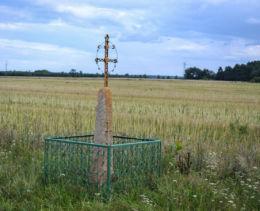 Krzyż przydrożny metalowy na kamiennym postumencie. Nowoberezowo, gmina Hajnówka, Hajnówka County.