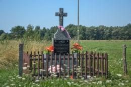 Kapliczka przydrożna z 2002 r. Orzeszkowo, gmina Hajnówka, Hajnówka County.
