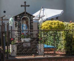 Kapliczka przydrożna z figurą Matki Boskiej przy ulicy Tatrzańskiej. Rumia, powiat wejherowski.