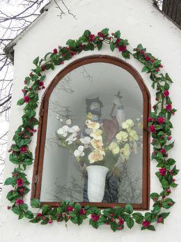 Przydrożna kapliczka z figurą św. Jana Nepomucena. Kaniów, gmina Bestwina, powiat bielski.