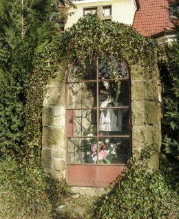 Przydrożna kapliczka domkowa z figurą św. Jana Nepomucena. Kozy, powiat bielski.