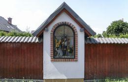 Przydrożna kapliczka z figurą św. Jana Nepomucena. Kozy, powiat bielski.