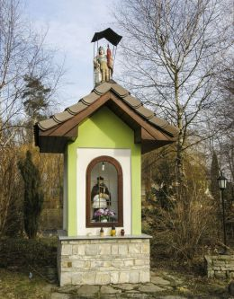 Przydrożna kapliczka z figurą św. Jana Nepomucena. Pisarzowice, gmina Wilamowice, powiat bielski.