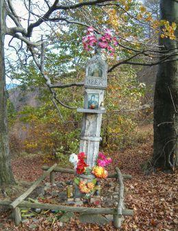 Przydrożna kapliczka kamienna z 1858 r. z figurą Chrystusa Frasobliwego. Przełęcz Przegibek, powiat bielski.