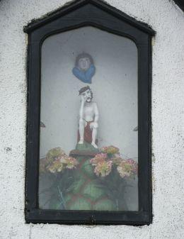 Przydrożna kapliczka domkowa św. Jana Nepomucena. Stara Wieś, gmina Wilamowice, powiat bielski.