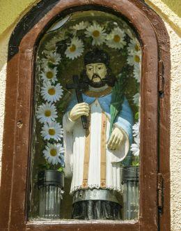 Figura św. Jana Nepomucena w przydrożnej kaplicze domkowej. Chybie, powiat cieszyński.