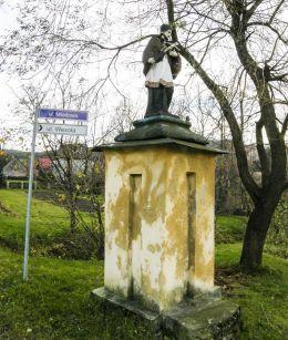 Przydrożna kapliczka z figurą św. Jana Nepomucena. Leszna Górna, gmina Goleszów, powiat cieszyński.