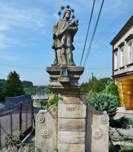Przydrożna figura św. Jana Nepomucena z 1857 r.. Ogrodzona, gmina Dębowiec, powiat cieszyński.