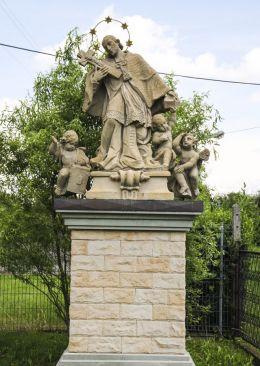Przydrożna kapliczka z barokową figurą św. Jana Nepomucena. Pogwizdów, gmina Hażlach, powiat cieszyński.