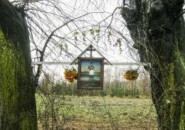 Przydrożna kapliczka skrzynkowa z wizerunkiem św. Jana Nepomucena. Pogwizdów, gmina Hażlach, powiat cieszyński.