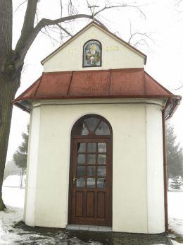 Przydrożna kapliczka domkowa stojąca na rozstaju dróg. Strumień, powiat cieszyński.