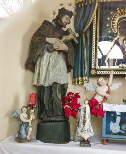 Figura św. Jana Nepomucena w przydrożnej kaplicze domkowej. Strumień, powiat cieszyński.