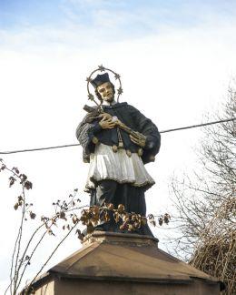 Kapliczka z polichromowaną figurą św. Jana Nepomucena przy ul. Ks. A. Janusza 53. Zebrzydowice, powiat cieszyński.