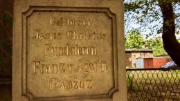 Krzyż Boża Męka na placu przy ul. Armii Krajowej 79. Fundatorzy Franciszek i Agata Gwóźdź. Katowice, Piotrowice, Katowice.