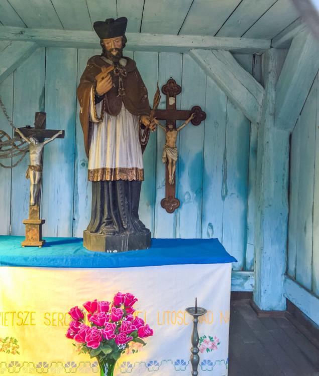 Przydrożna kapliczka domkowa z końca XVIII wieku. Wewnątrz figura św. Jana Nepomucena. Boronów, powiat lubliniecki.