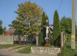 Krzyż przydrożny stojący przy ul. J. Lompy. Ufundowany w 1921 roku przez pana Kalke z wdzięczności za szczęśliwe przeżycie Powstania Śląskiego. Lubsza, gmina Woźniki, powiat lubliniecki.