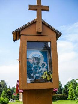 Przydrożna drewniana kapliczka skrzynkowa na słupku. Gostyń, gmina Wyry, powiat mikołowski.