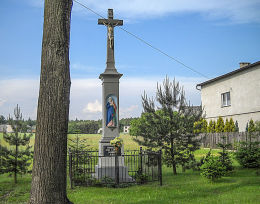 Przydrożny krzyż kamienny z 1882 r. Fundatorzy Ewa i Józef Wróbel. Gostyń, gmina Wyry, powiat mikołowski.