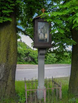 Kapliczka przydrożna, skrzynkowa z figurą św. Jana Nepomucena na skrzyżowaniu ulic Łazy i Hutniczej .Powstała w 1913 roku. Łaziska Górne, powiat mikołowski.