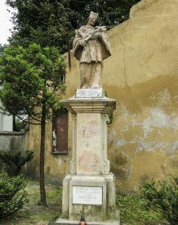 Przydrożna kapliczka z figurą św. Jana Nepomucena. Mikołów, powiat mikołowski.