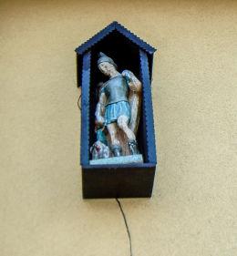 Kapliczka z figurą św. Floriana na budynku Ochotniczej Straży Pożarnej. Mikołów, Paniowy, powiat mikołowski.