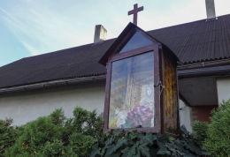 Kapliczka przydrożna, ulica Powstańców  Śląskich 5. Ufundowana przez Marię i Franciszka Łata. Suszec, powiat pszczyński.