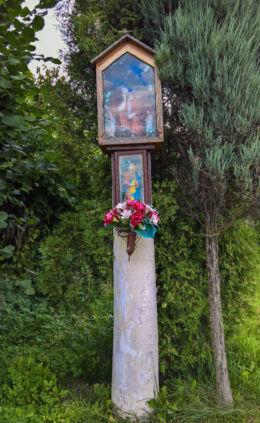 Przydrożna kapliczka drewniana, podwójna z figurami Jezusa i Matki Boskiej stojąca przy ulicy Powstańców Śląskich. Suszec, powiat pszczyński.