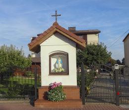 Kapliczka przydrożna, murowana z figurką Matki Bożej Niepokalanego Poczęcia, Pośredniczki Łask. Suszec, powiat pszczyński.
