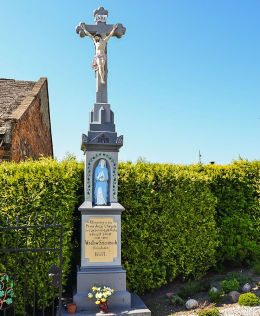 Krzyż kamienny z 1887 r. stojący obok kościóła św. Jana Chrzciciela. Maków, gmina Pietrowice Wielkie, powiat raciborski.