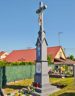 Krzyż kamienny z 1894 r. stojący obok kościóła św. Jana Chrzciciela. Maków, gmina Pietrowice Wielkie, powiat raciborski.