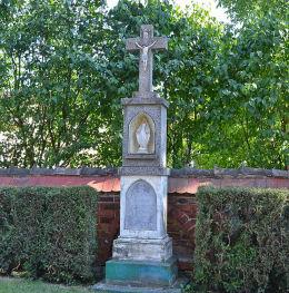 Krzyż kamienny z 1889 r. przy kościele św. Michała Archanioła. Pawłów, gmina Pietrowice Wielkie, powiat raciborski.