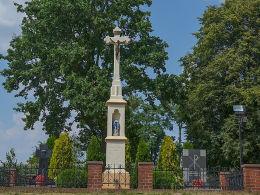 Krzyż kamienny obok, kościóła św. Jerzego, ul. Parkowa. Sławików, gmina Rudnik, powiat raciborski.