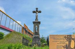Krzyż przydrożny na rogu Cegielnianej i Piłsudskiego. Obok znajduje się tablica. Ruda Śląska, Ruda Śląska.