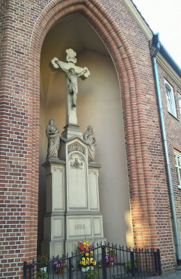 Krzyż z 1893 roku przy budynku robotniczym na skrzyżowaniu ul. Wolności i Kościelnej. Ruda Śląska, Ruda Śląska.