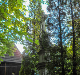 Krzyż kamienny z 1878 roku stojący obok kościóła św.Marii Magdaleny. Bełk, gmina Czerwionka Leszczyny, powiat rybnicki.