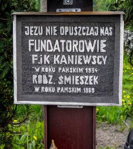 Krzyż przydrożny z kapliczką. Ufundowany w 1934 roku przez  F. i K. Kaniewskich. Bełk, gmina Czerwionka Leszczyny, powiat rybnicki.
