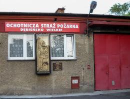 Kapliczka z figurą św. Floriana na budynku Ochotniczej Straży Pożarnej. Czerwionka-Leszczyny, Dębieńsko Wielkie, powiat rybnicki.